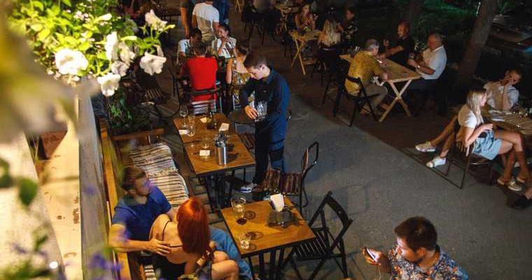 В Тюмени бар устроил летнюю прямо на тротуаре