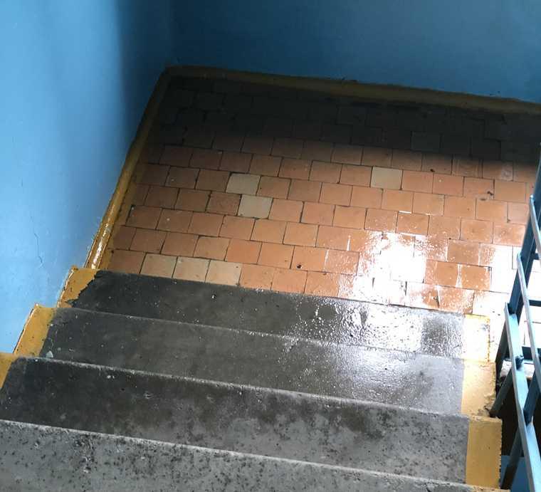 Из-за сорванного ремонта крыши квартиры курганцев заливает водой. ФОТО