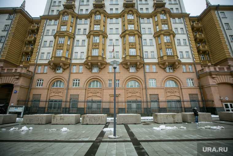 россиянин на автомобиле атаковал резиденцию посла США в Москве