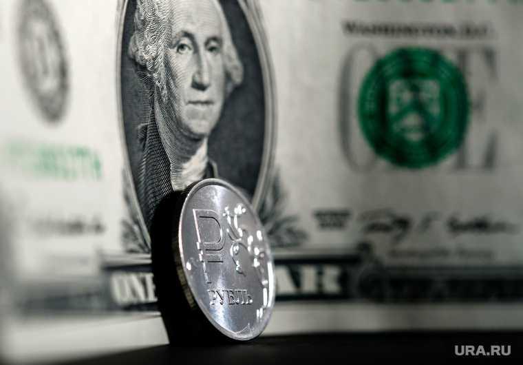 Ослабление рубля добавит инфляции 1 процент
