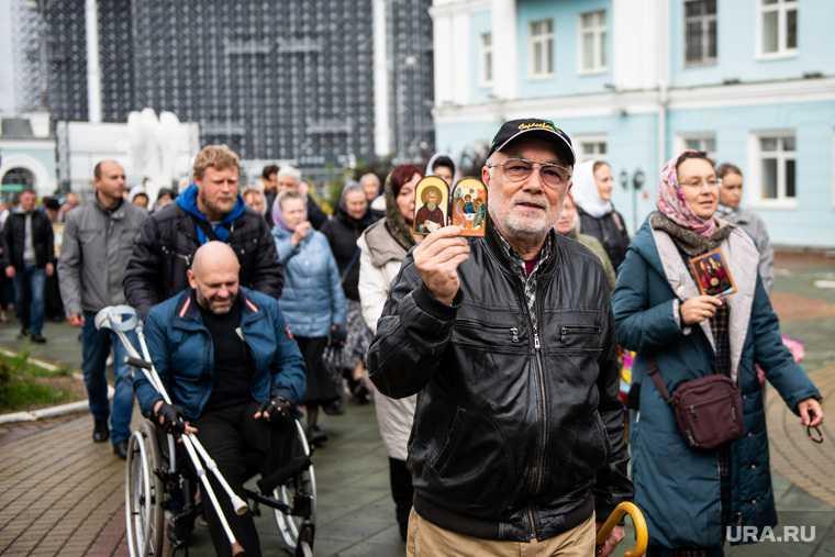 Сторонники схиигумена Сергия около здания Екатеринбургской митрополии. Екатеринбург