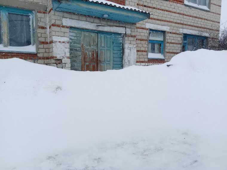 Тюменские власти не могут справиться с последствиями снегопада. Фото