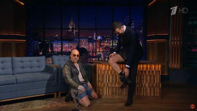 Нагиев испортил брюки Урганту в прямом эфире. Видео