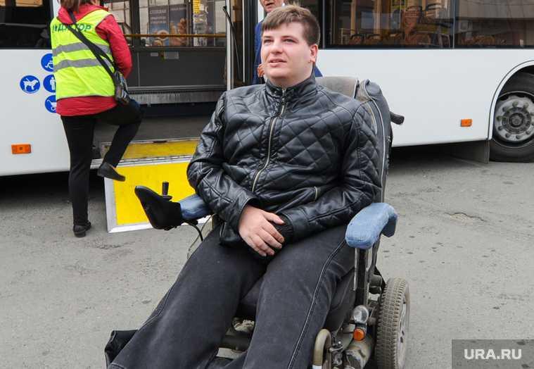 В Челябинске инвалид не смог попасть в автобус из-за куч снега