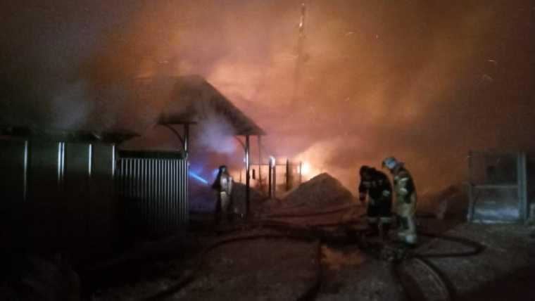 В Златоусте горят четыре дома. Фото, видео