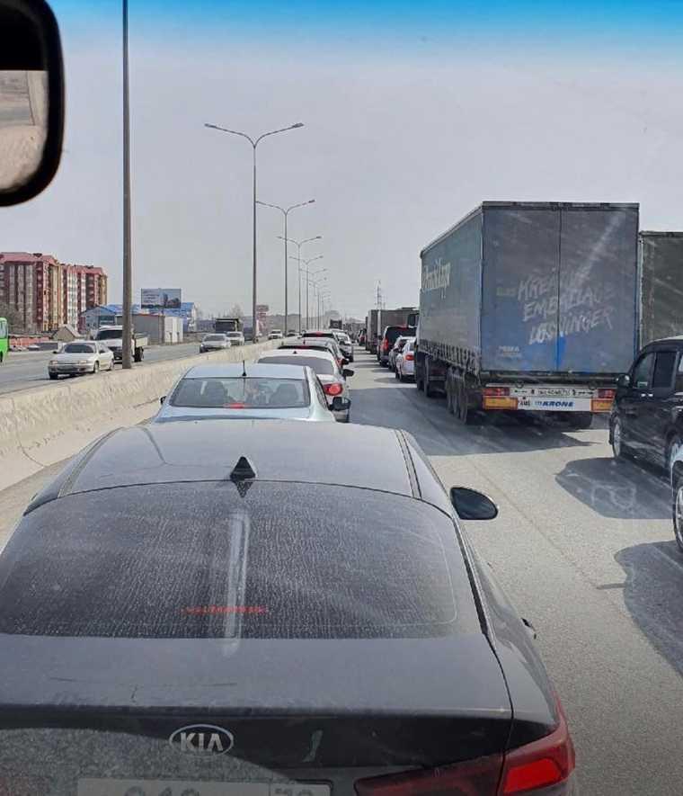 В Тюмени образовалась многокилометровая пробка. Фото