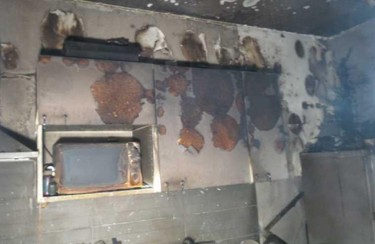 Школьница в Екатеринбурге спасалась от огня на карнизе 17 этажа. «Ждала лестницу 30 минут». Фото