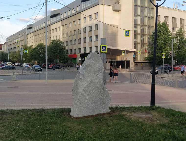 Свердловский генерал ФСБ открыл памятник самой секретной службе
