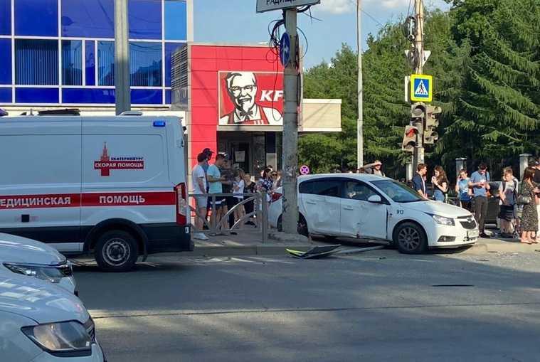 В Екатеринбурге машина влетела в пешеходов. Есть пострадавшие