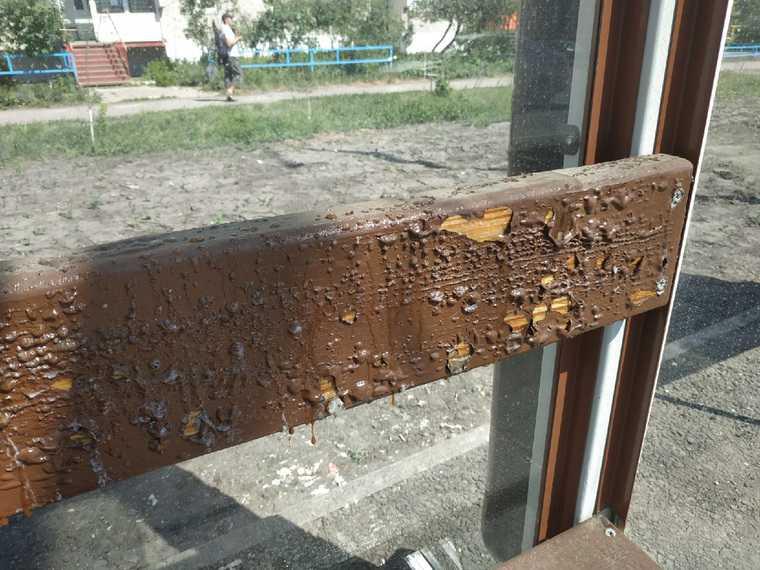 В Кургане из-за жары испортилась остановка. Фото